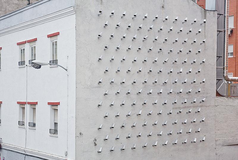 Un zid de camere de supraveghere, proiect al artistului SpY (Madrid, Spania)