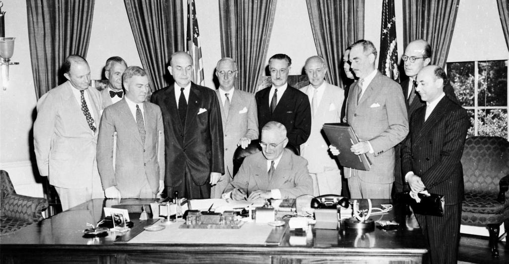Președintele Truman semnând Tratatul Nord Atlantic